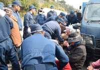 辺野古新基地:工事関係車両8台がシュワブ内へ 海上でも抗議