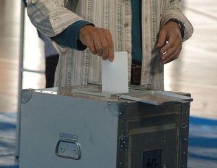 投票する男性=浦添市の投票所
