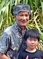 ヒナの回復を喜ぶ山田晴憲さん(左)と孫の山下寛行さん=15日、北中城村島袋
