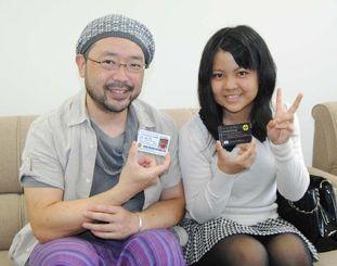 高IQが認められ、メンサの会員となった浪崎ただしさん(左)と喜屋武雅さん=28日午前、那覇市・沖縄タイムス社