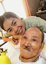 「すべてが祖父優先の生活です」と話す諸見里加菜子さんと祖父の嘉陽宗安さん=4月、那覇市内の宗安さん宅(諸見里さん提供)
