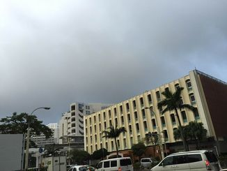 気圧の谷の影響で曇っていますが、那覇市は3日連続で夏日を記録しました。あすも暑いクリスマスイブになりそうです