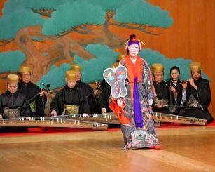 舞台「人間国宝 結ぶ御縁」で琉球古典音楽、舞踊を披露する古典音楽、舞踊の人間国宝ら=4日、都内の国立能楽堂(実行委員会の金城龍一さん提供)