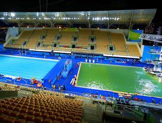 変色したマリア・レンク水泳センターのプール。左は水球とシンクロナイズドスイミング、右は飛び込みの会場=13日、リオデジャネイロ(共同)