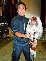 6日、北部津波海岸で6・54キロのクブシミを釣った前田拓さん