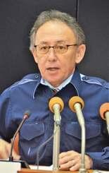 沖縄県内5例目の新型コロナウイルス感染者を確認したと発表する玉城デニー知事=24日午後、沖縄県庁