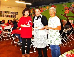 ボランティアをねぎらう感謝の昼食会でソーメン汁を作った中村米子さん(中央)ら=米国