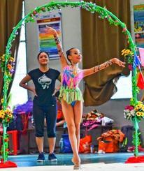 マレーシアで新体操を教える木崎頌子さん。選手を優しく見守る(kelvinyuenphotography.com 提供)