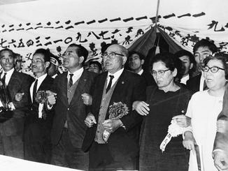 主席公選で当選した屋良朝苗氏=1968年11月11日、那覇市・教育会館