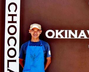 リニューアルで外観が新しくなった「OKINAWA CACAO  FACTORY&STAND」。社長の川合径さん=7月25日、国頭村浜