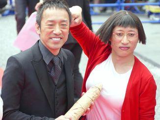 「よしもと新喜劇映画 女子高生探偵 あいちゃん」の筧利夫(左)とすっちー