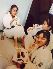 空手演武の休憩中に昼食を楽しむ沖縄小林流妙武館総本部道場時代の安室奈美恵さん(写真奥)=1992年、松田広和さん提供
