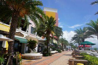 アメリカンな雰囲気漂う北谷町美浜の飲食店街