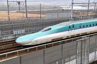 走行する北海道新幹線=26日午前、北海道北斗市
