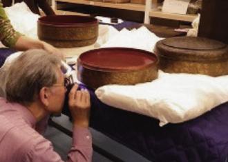 首里城火災の後、漆器の状態を調べる専門家(沖縄美ら島財団提供)
