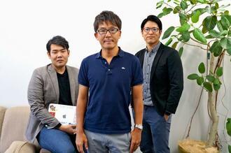 「SCOM(エスコン)」を設立した琉球オフィスサービスの藤本和之代表(中央)と取締役に就く上間フードアンドライフの上間喜壽社長(右)、Payke共同創業者の比嘉良寛取締役=18日、浦添市の琉球オフィスサービス