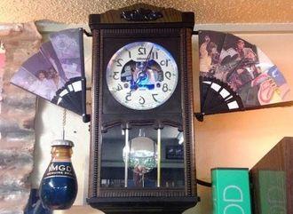 鏡に映った時に時間が分かるように文字盤や針の動きを反転させた振り子時計