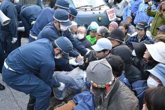 米軍キャンプ・シュワブのゲート前に座り込む市民らを排除する機動隊員=29日、名護市辺野古