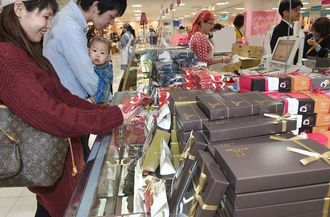バレンタイン商戦がスタートし、にぎわうチョコ売り場=3日午後、那覇市久茂地・リウボウ