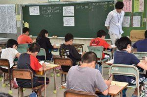 一斉に問題を解く児童=19日午前、那覇市・真和志小学校