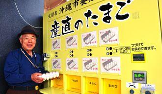 「新鮮な卵を購入してほしい」と呼び掛ける愛卵土企画代表の内間さん=16日、沖縄市宮里