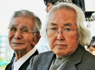 記念碑建立式典に参加する元園長の鬼本照男さん(右)、事故当時子どもが通っていた金城新吉さん