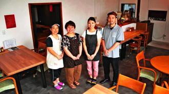スタッフと笑みを見せる(右から)店主の小浜崇さんと妻の由佳里さん=石垣市登野城・オアシス