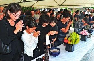 慰霊祭で犠牲者の冥福を祈り焼香する参列者=22日午後、那覇市若狭・小桜の塔