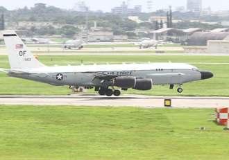 嘉手納基地に着陸する電子偵察機RC135S。北朝鮮が発射した弾道ミサイルの観測任務後とみられる=15日午後0時30分ごろ(読者提供)