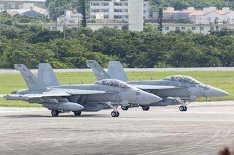 離陸準備をする米海軍のEA18G電子戦機=17日午前10時43分、米軍嘉手納基地(読者提供)