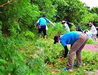 うるま市の事件現場近くで草刈り 犯罪予防へ沖縄SV選手ら