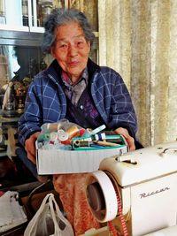95歳 ミシン洋裁現役/裸眼で針の糸通しも/「孫の洋服直し 楽しい」/名護 カジマヤーの新城春さん