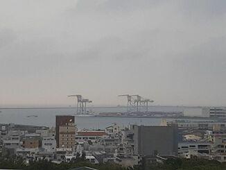 1号機が撤去され3基になった那覇港新港ふ頭のガントリークレーン