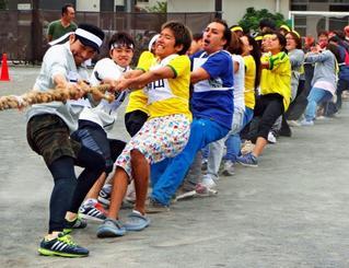 おきつる大運動会の綱引きで懸命に綱を引き合う参加者ら=16日、横浜市鶴見区の入船小学校