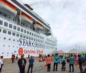 クルーズ船「スーパースター・リブラ」の乗客を歓迎する関係者ら=13日、中城湾港西ふ頭