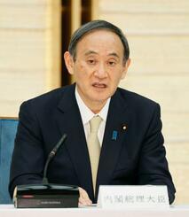新型コロナウイルス感染症対策本部で、4都府県に緊急事態を宣言する菅首相=23日午後6時51分、首相官邸