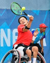 ジャカルタ・アジアパラ大会の車いすテニス男子シングルスで優勝した国枝慎吾。2020年東京パラリンピックの出場権を獲得した=12日(共同)