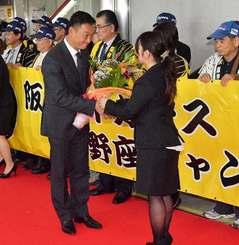 歓迎を受ける阪神の金本知憲監督(左)=31日午後、那覇空港