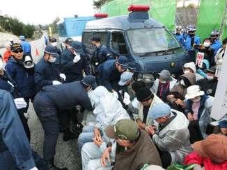 県警の機動隊が市民グループを強制排除した=名護市辺野古、キャンプ・シュワブの工事用ゲート前