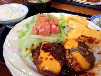 「ハンバーグ定食600円」チーズものってる大きなハンバーグが2つ!
