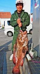 宜名真海岸で109センチ、24・6キロのアーラミーバイを釣った呉屋康之さん=9日
