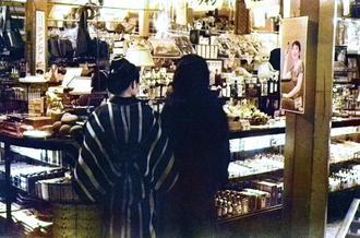 那覇の店先/たくさんの品物が並ぶ那覇市内の雑貨店らしき売り場の様子。左には「ボンタンアメ」の看板が見える