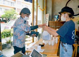 テークアウト商品のみで営業をしている味噌めしやまるたま=20日、那覇市泉崎