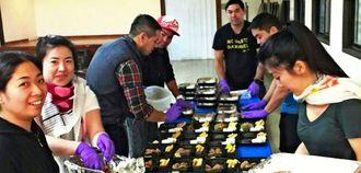10月のウチナー祭りで弁当作りに励むニューヨーク沖縄県人会の若者たち