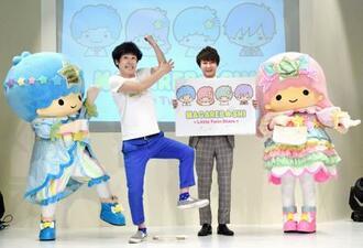 キキ&ララとネタの「ひじ祭り」を披露する、ちゅうえい(左)と滝上伸一郎=東京都内