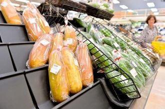 台風の影響で高騰し、品薄状態だという県産野菜=14日午後、那覇市・サンエー那覇メインプレイス