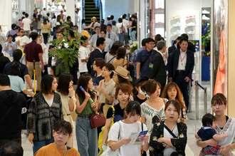 開店と同時に多くの買い物客が詰めかけにぎわうサンエーパルコシティ=27日午前10時20分ごろ、浦添市西洲(下地広也撮影)