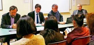 基地問題について討論する(右から)ベイユベール氏、、クエンツマン氏、クエヌディ氏、ブシャール氏=パリ16区の協会会館