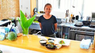 「ゆっくりくつろいで料理を楽しんでほしい」と話す店主の吉永宏美さん=宮古島市下地与那覇・飯カフェうるか