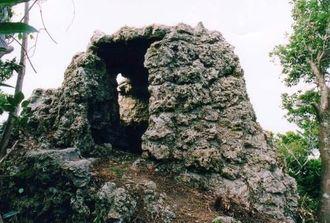 中城村北上原の高地に残る日本軍のトーチカ(村教委提供)